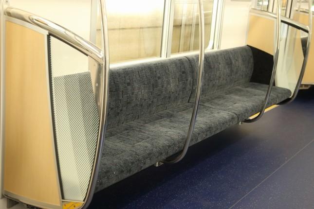 座席の幅は現行車両よりも3センチ広がった
