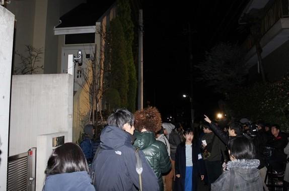 ASKAさんの逮捕前後には自宅周辺に大勢の報道陣が集まった(2016年11月28日撮影)