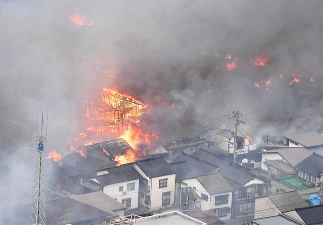 延焼する糸魚川市街地(写真:毎日新聞社/アフロ)