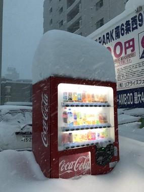 タクマモトオ×あららら×ラオユエ(@sajimotoo)さんのツイートより。これでは買ったジュースを取り出すこともできない