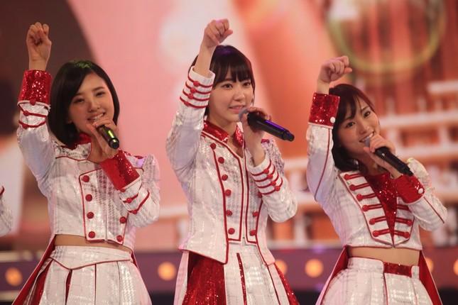 2曲目の「君はメロディー」は、元々HKT48の宮脇咲良さん(写真中央)がセンターだった