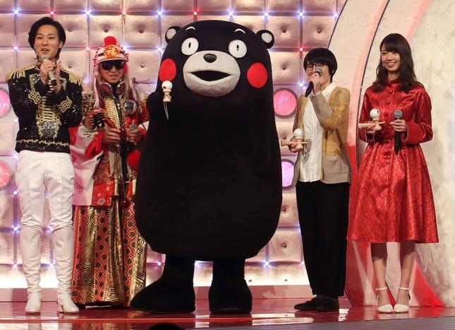 (左から)演歌歌手の山内恵介さん、DJ KOOさん、くまモン、箕輪はるかさん、橋本奈々未さん。山内さん以外はけん玉にチャレンジした。