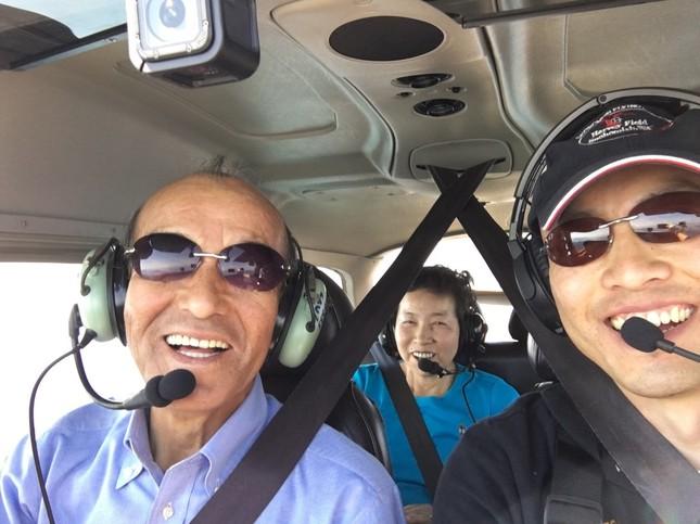 2016年、両親を乗せてシアトルの空を飛行する前田さん(右)(写真提供:前田伸二さん)