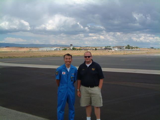 2004年、訓練開始当時に教官と写る前田さん(左)(写真提供:前田伸二さん)