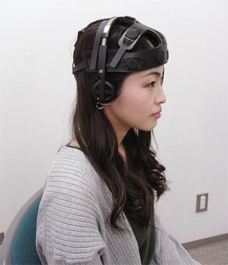ヘッドホン付きの脳波センサー(大阪大学の発表資料より)