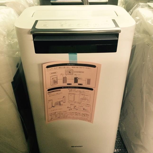 シャープの空気清浄機には、本体にピンク色の注意チラシが貼られている(提供:シャープ)