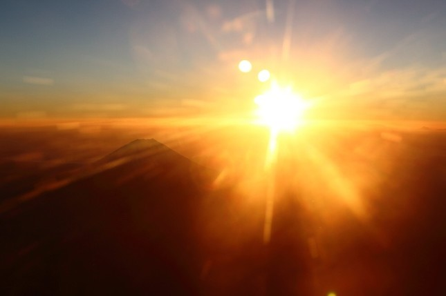 富士山の向こうから初日の出が顔をのぞかせた