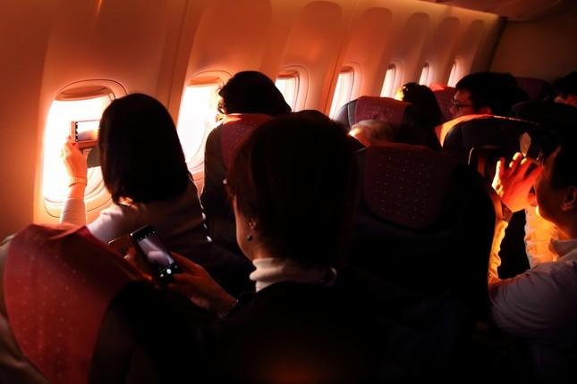 赤い光が機内に差し込むと乗客からは歓声が上がった