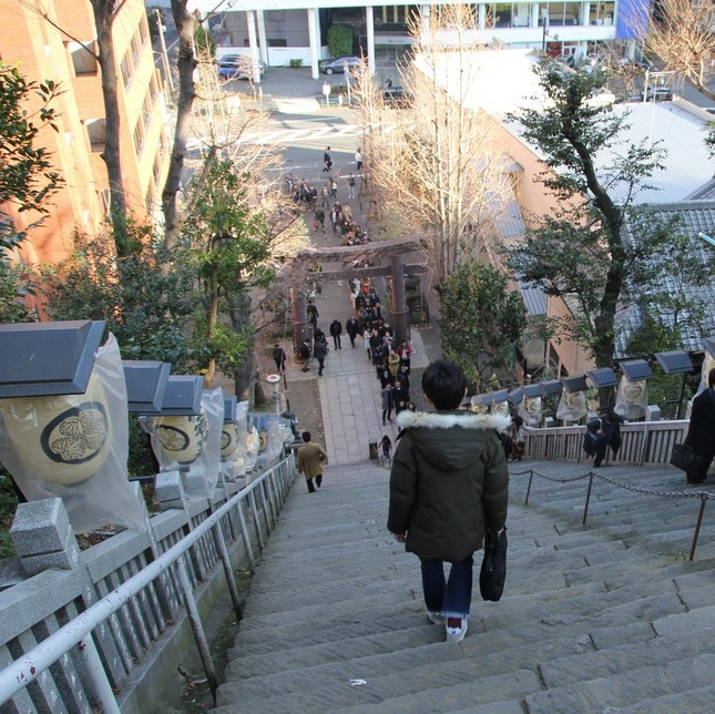 鳥居の外まで伸びる参拝者の行列
