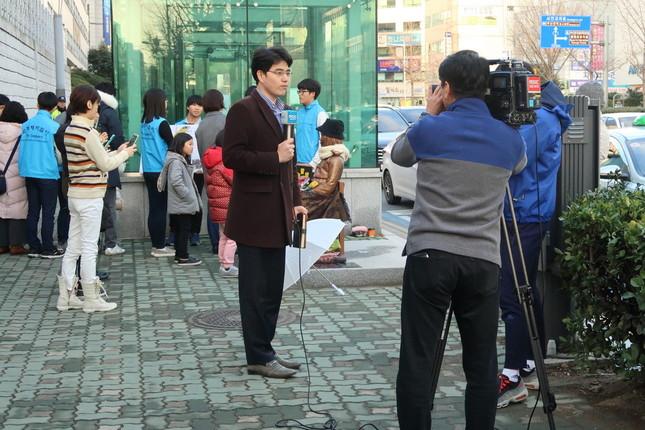 テレビ局の記者も現地からレポートしていた