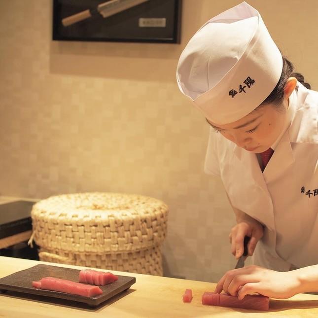 女性職人が板場に立つミシュラン掲載店「鮨 千陽」(画像は「飲食人大学」提供)