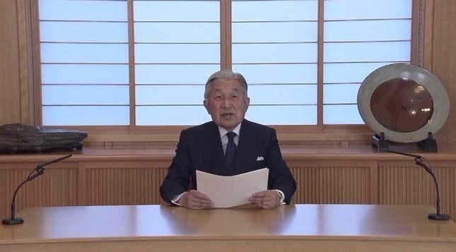 天皇陛下は2016年8月のビデオメッセージで退位の意向を示唆した(画像は宮内庁提供)