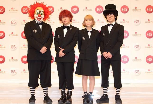 NHK紅白歌合戦には2014年の初出場以来、計3回出場しているSEKAI NO OWARI。LOVEさんは一番左。(写真は2014年の紅白初出場者発表会見)
