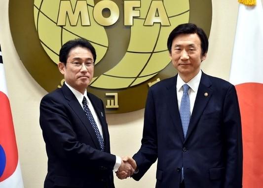 日韓合意はどうなるのか。左が岸田文雄外相、右が尹炳世(ユン・ビョンセ)外相(写真は外務省ウェブサイトから)