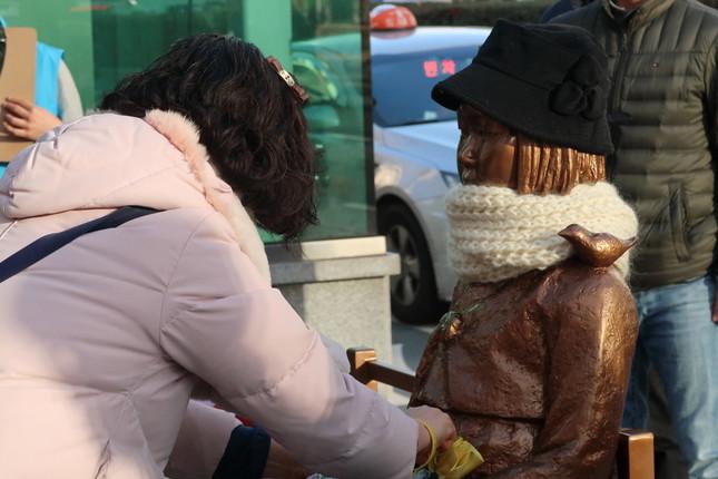 韓国・釜山の日本総領事館前の慰安婦像。2017年中に竹島にも設置する計画が発表された