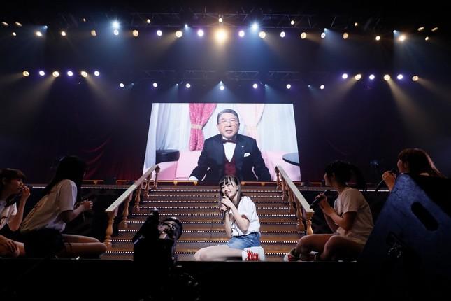 デビューシングルのセンター抜擢に驚く中井りかさん。モニターに映った徳光和夫さんが発表した (c)AKS