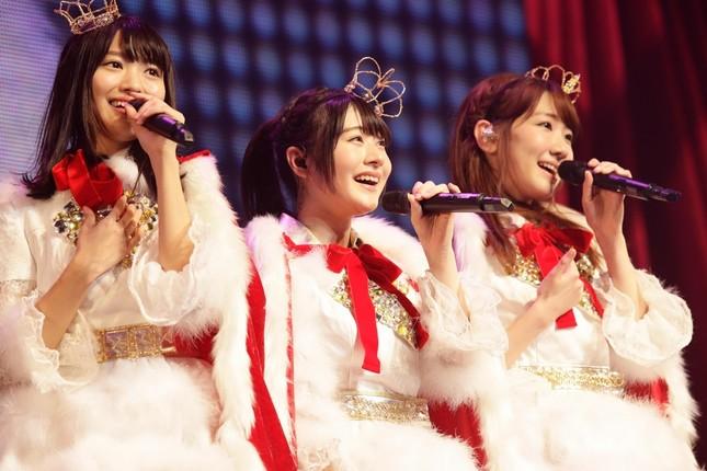 左から北原里英さん、加藤美南さん、柏木由紀さん (c)AKS