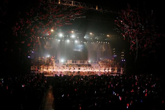 ステージ上では大勢のメンバーが1位を祝福 (c)AKS