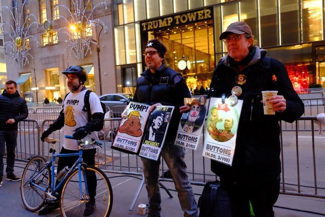 大統領就任式の前夜、トランプタワー前でバッジを売る反トランプ派たち