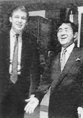 1988年、若きトランプ氏(左)にインタビューした際に一緒に写真に納まる(植山氏より写真提供)(c)テレビ東京