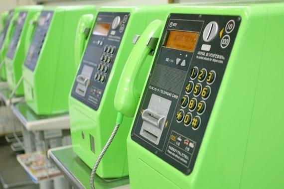 公衆電話の設置数は、10年前から半減している!