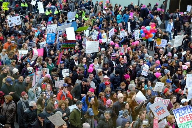 ブランドショップの2階から見た、五番街の「女性の大行進」