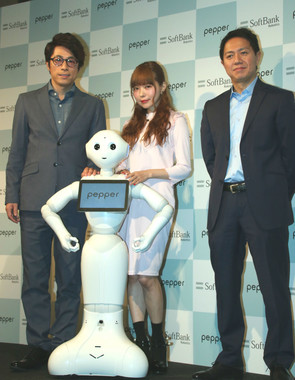 「Pepper」を囲んで記念撮影。右端は、ソフトバンクロボティクスグループ株式会社の冨澤文秀・代表取締役社長(2017年2月7日撮影)