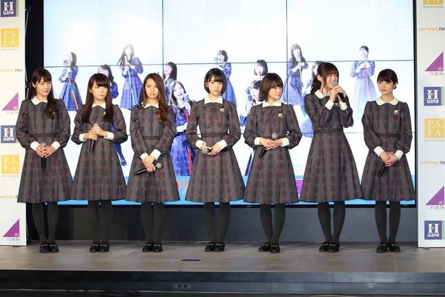 発表会に登場した乃木坂46メンバー。後方モニターに映っているの「ヘビーローテーション」を披露しているCMだ。