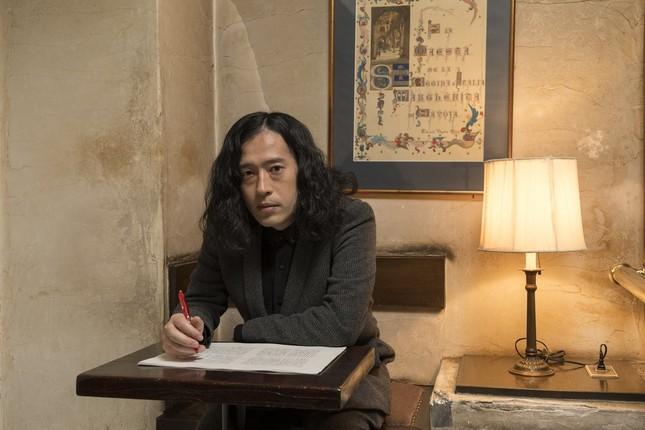 「劇場」のゲラに手を入れる又吉直樹さん