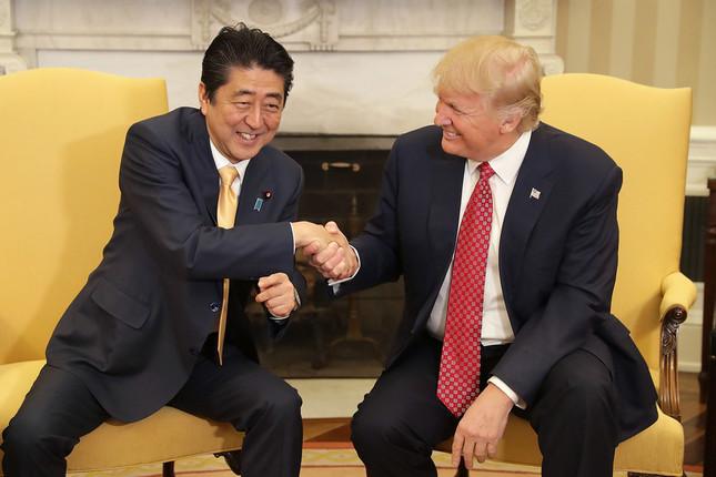 実に19秒に及んだ2人の握手(写真:UPI/アフロ)