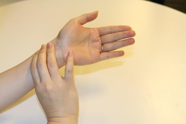 人差し指、中指、薬指の3本を当てる