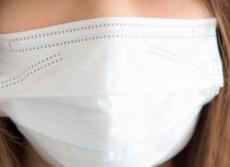 マスク交換するタイミング難しい 1日に何度も付け外ししたら汚い?