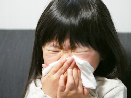 激しいせきに苦しむ子ども(写真はイメージです)