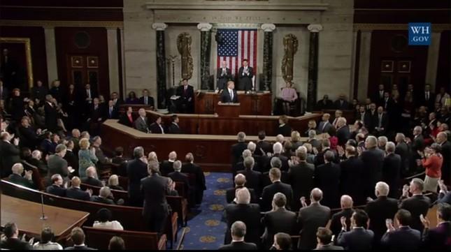 スタンディングオベーションをする議員はまばらだった(写真はホワイトハウスの動画から)