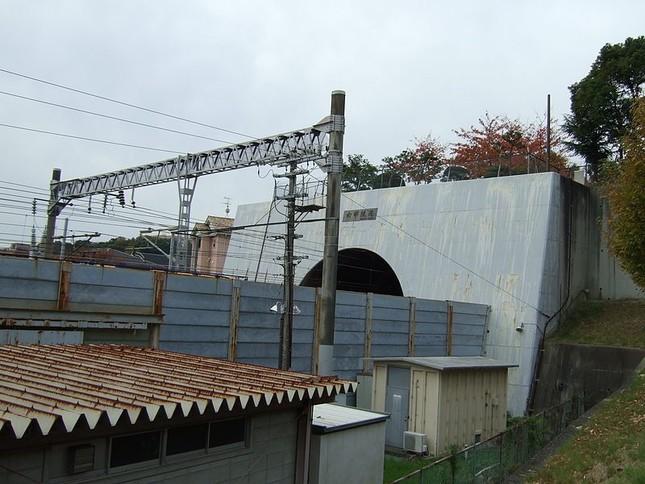 思わぬ場所に…(画像は六甲トンネルの入り口、Wikimedia Commonsより)