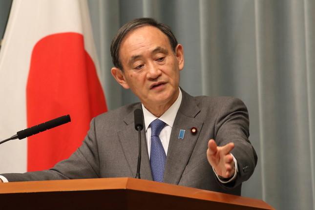菅義偉官房長官はミサイル発射を「最も強い表現で非難した」と述べた(2016年12月撮影)