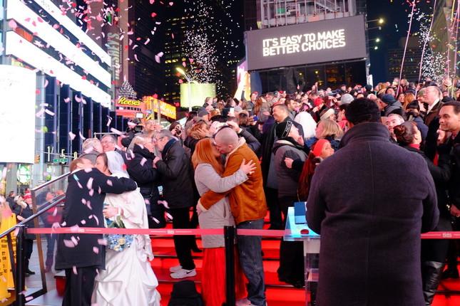 バレンタインデーのNYタイムズスクエアで、新たに絆を誓い合う既婚カップルたち