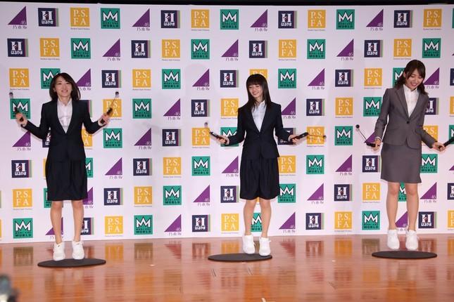 苦しそうは表情で「エアなわとび」をする乃木坂46の3人。左から生駒里奈さん、齋藤飛鳥さん、衛藤美彩(みき)さん