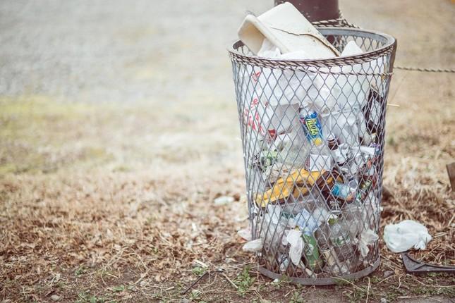 ゴミ箱を漁ってレシートを取り出した(写真はイメージ)