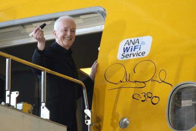 機体にサインするアンソニー・ダニエルズさん