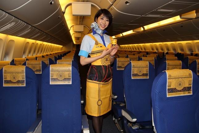 機内のヘッドレストカバー、紙コップ、客室乗務員が身につけるCAエプロンが特別デザインになる