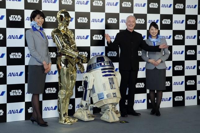 左から2番目がアンソニー・ダニエルズさんが演じた「C-3PO」、右から2番目がアンソニー・ダニエルズさん