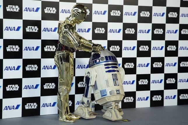 「R2-D2」(右)と「C-3PO」(左)