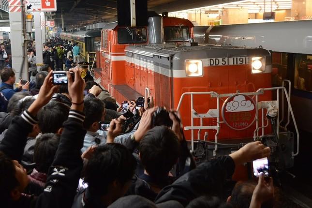 サロンカーを撮影する鉄道ファン(XXzero @zerostationX さまご提供)