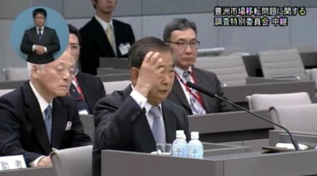 冒頭で「患部が右側の頭頂部だった」と述べた石原慎太郎氏(画像は百条委員会の証人喚問中継映像)