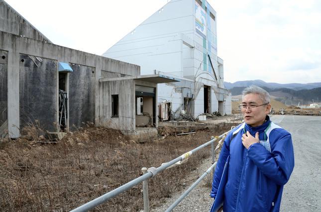 津波で破壊された「タピック45」をガイドする河野さん