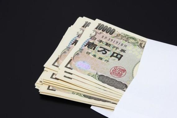 「封筒」に入っていたとされる100万円(画像はイメージ)