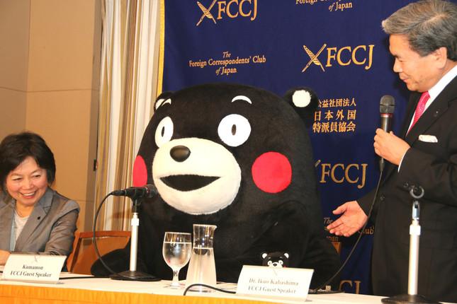 くまモン(中央)と蒲島知事(右)。名札には「Kumamon FCCJ Guest Speaker」とある(写真は2017年3月27日撮影)