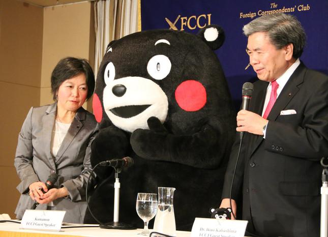 通訳(左)がくまモンに翻訳している(写真は2017年3月27日撮影)