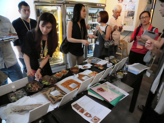 シンガポールで開かれたPRイベントで、気仙沼の水産加工品を使った料理を披露